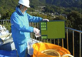 消毒用水槽への次亜塩酸ナトリウムの投入